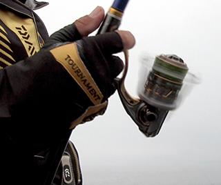 逆転フリー時にスプールが上下動しない「ワンウェイオシレーション」を搭載。型のよい魚が掛かっても竿がブレにくく、魚が暴れずスムーズに巻き取りができる