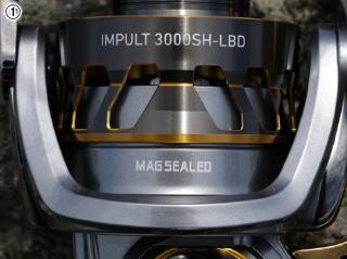 ①大きく切り抜かれたスプールは全体自重の軽量化に大きく貢献。滑らかな回転を維持する防水システム「マグシールド」ももちろん標準装備